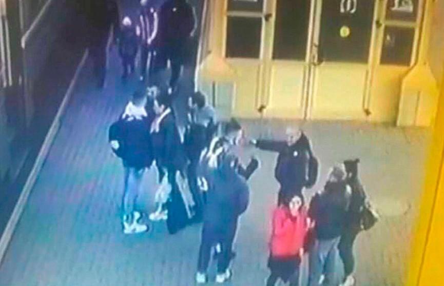 Попросил не курить: компания парней избила милиционера на перроне вокзала