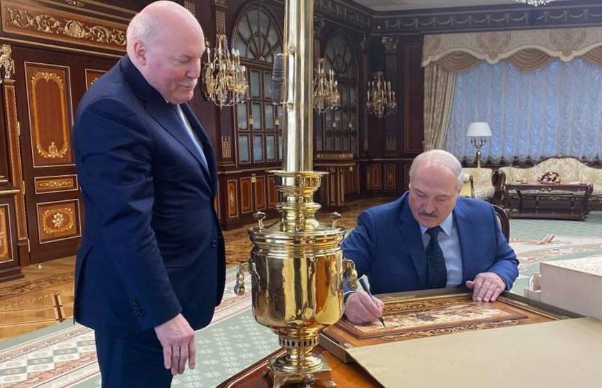 Мезенцев подарил Лукашенко самовар