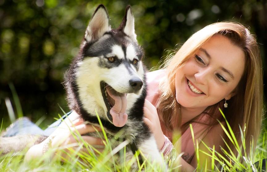 Хозяйка отвернулась, а собаке хотелось внимания. И вот как пес показал досаду! Посмотрите, это неожиданно! (ВИДЕО)