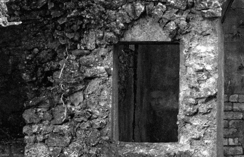 Фотограф на старом кладбище случайно снял привидение