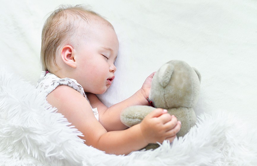 Малышка поспала в неудачной позе и расплющила себе ухо