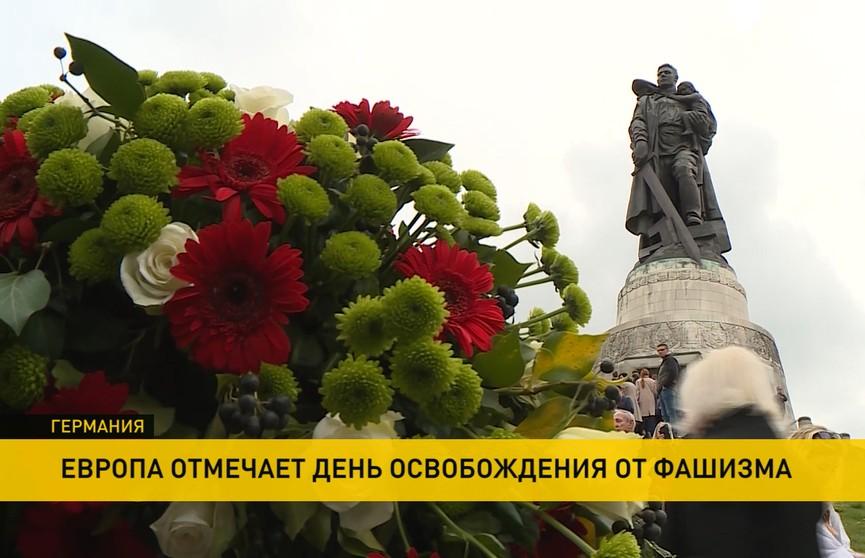 Тысячи человек несут цветы к памятникам советской воинской славы в Берлине