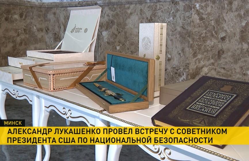 Встреча с Джоном Болтоном: Лукашенко передал подарки для Дональда и Мелании Трамп