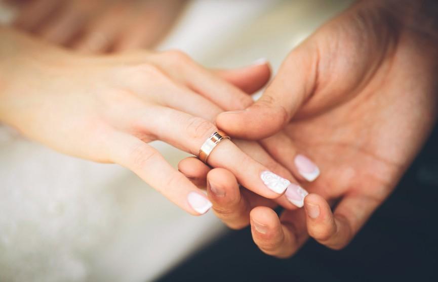 Невеста похвасталась обручальным кольцом и была обругана за «уродливые» ногти