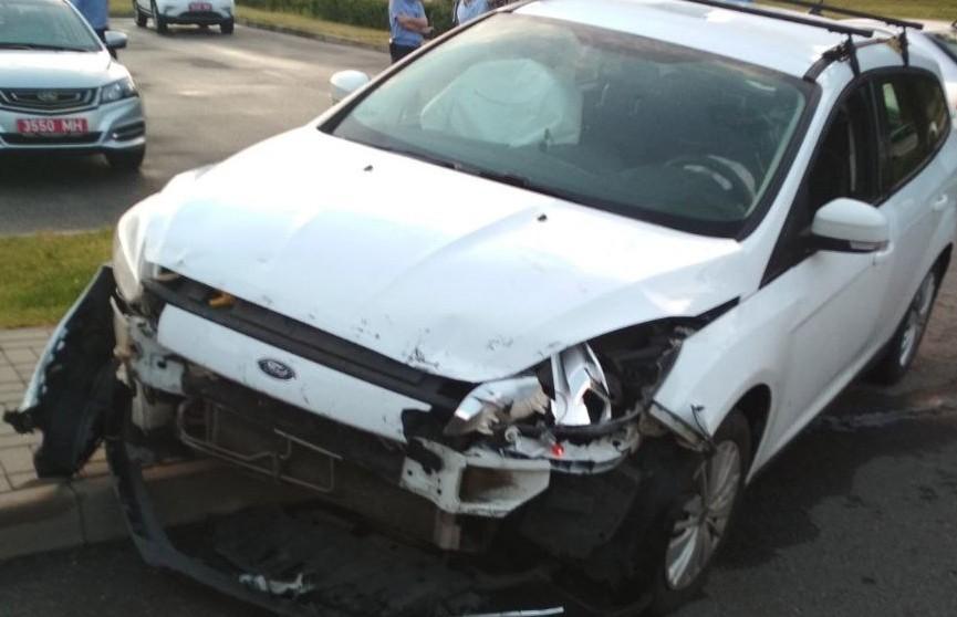 Автомобиль въехал в ворота посольства России в Минске