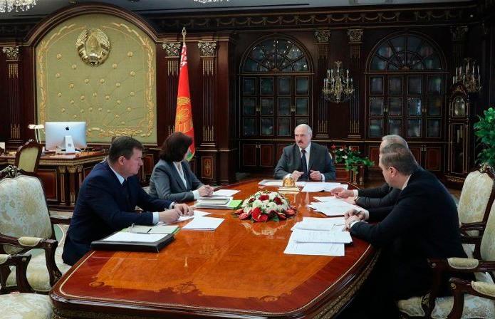 Лукашенко: у нас нет никакой самоизоляции, это фактически амбулаторное лечение