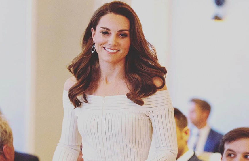 «Задом наперёд»: Кейт Миддлтон обвинили в том, что она неправильно надела платье