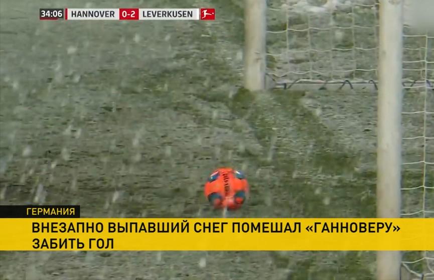 Снегопад остановил футбольный мяч на пути в ворота