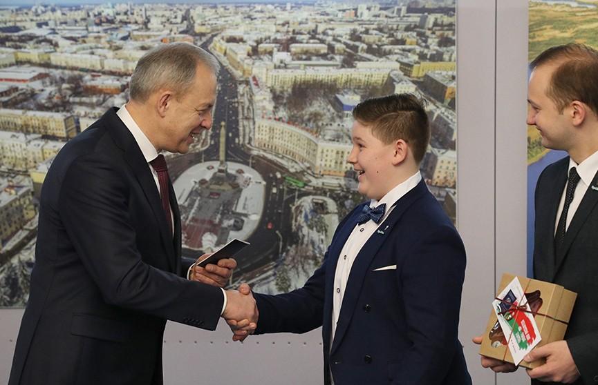 Связь поколений и ответственность за будущее: церемонии вручения паспортов юным белорусам проходят по всей стране