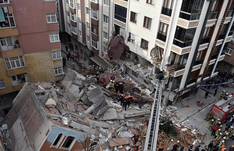 7-этажное аварийное здание рухнуло в Стамбуле, жильцов успели выселить