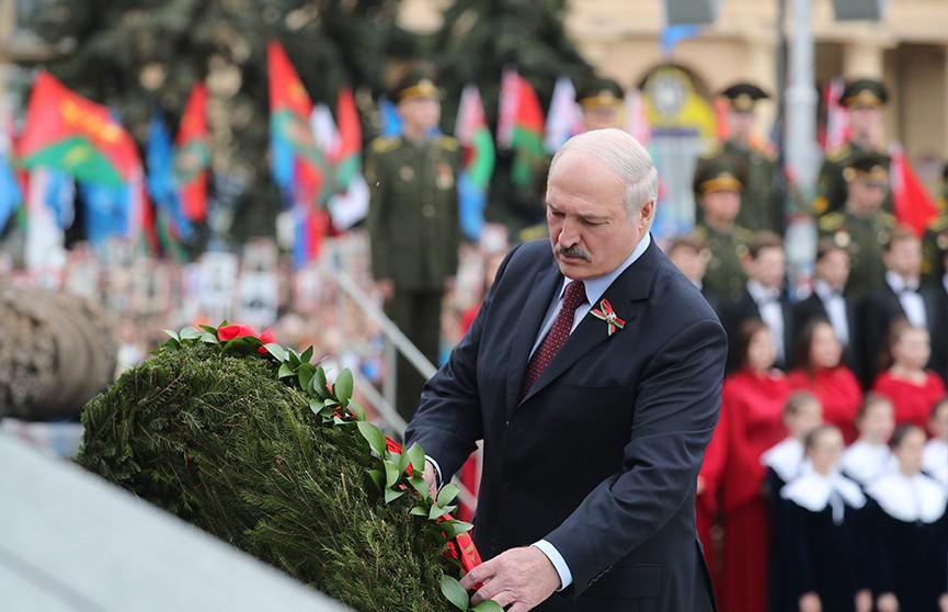 Александр Лукашенко возложил венок к монументу Победы в Минске
