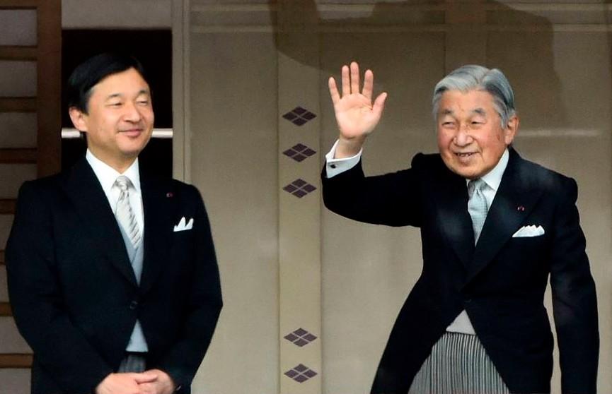 Тысячи японцев пришли поздравить императора Акихито с 85-летием