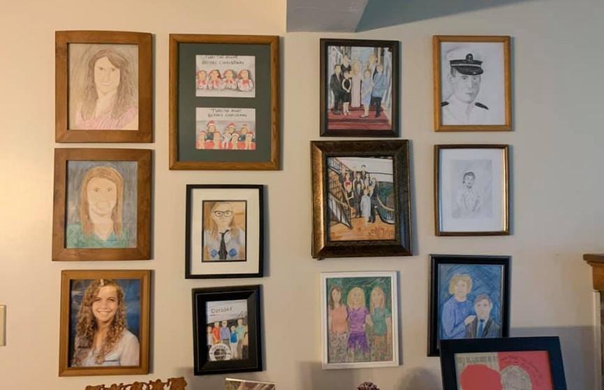Дочь разыграла семью во время карантина, заменив фотографии рисунками – шутку заметили через 11 дней