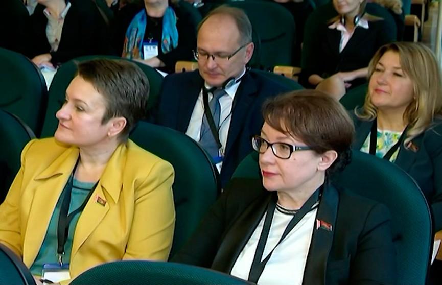 Может ли женщина быть хорошим политиком или бизнесменом? На форуме женщин-лидеров в Минске собрались более 100 делегатов из 20 стран