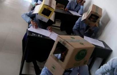 С коробками на голове: в Индии студенты сдавали экзамены необычным способом