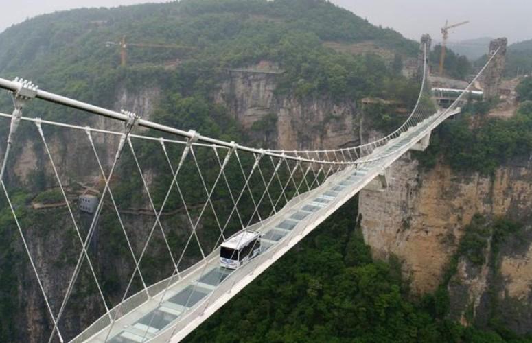 В Китае беспилотный автобус весом 5,5 тонн проверил стеклянный мост на прочность