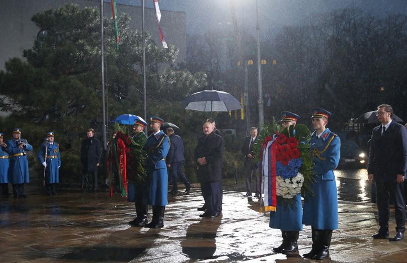 Лукашенко возложил венок к монументу и оставил запись в памятной книге в Белграде
