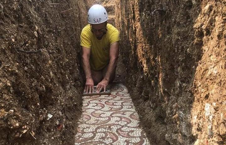 Уникальную древнеримскую мозаику обнаружили в Италии во время прокладки труб