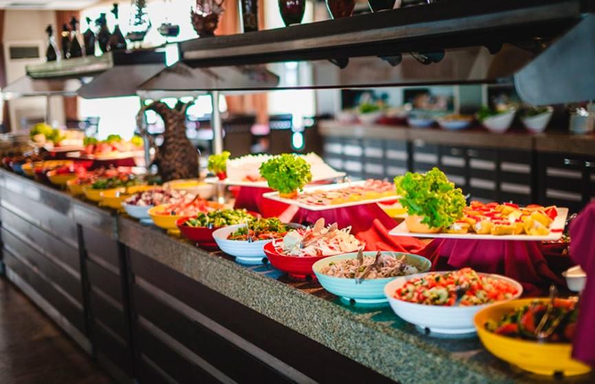 В турецких отелях на шведский стол повторно выставляют некоторые продукты