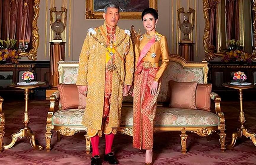 «Пыталась возвыситься до королевы»: король Таиланда лишил свою фаворитку всех титулов