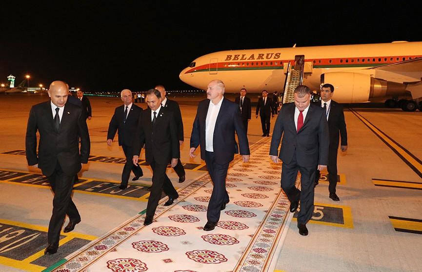 Александр Лукашенко прибыл в Туркменистан для участия в саммите СНГ