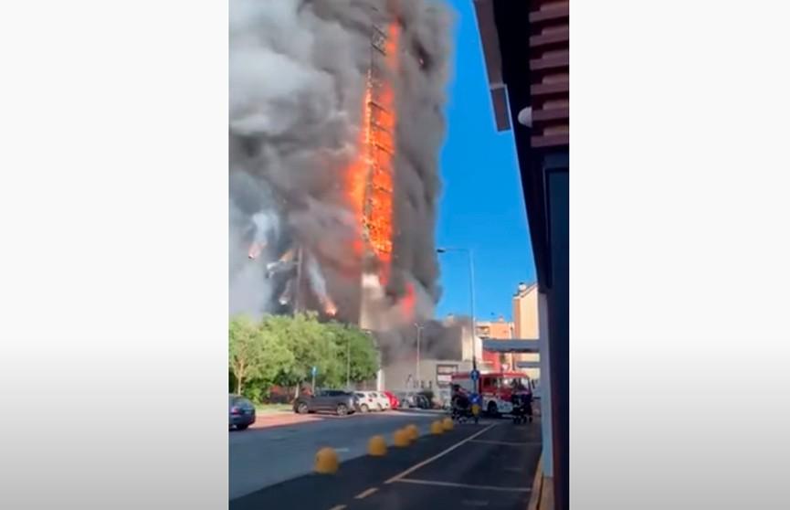 В Милане пожар уничтожил многоэтажный жилой дом (ВИДЕО)