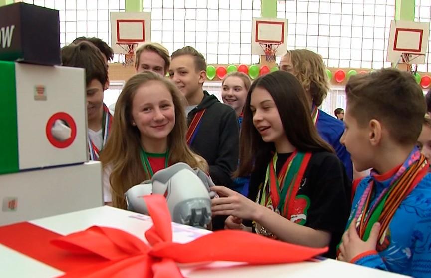 Александр Конюк вручил лыжи и спортивный инвентарь ученикам одной из минских гимназий
