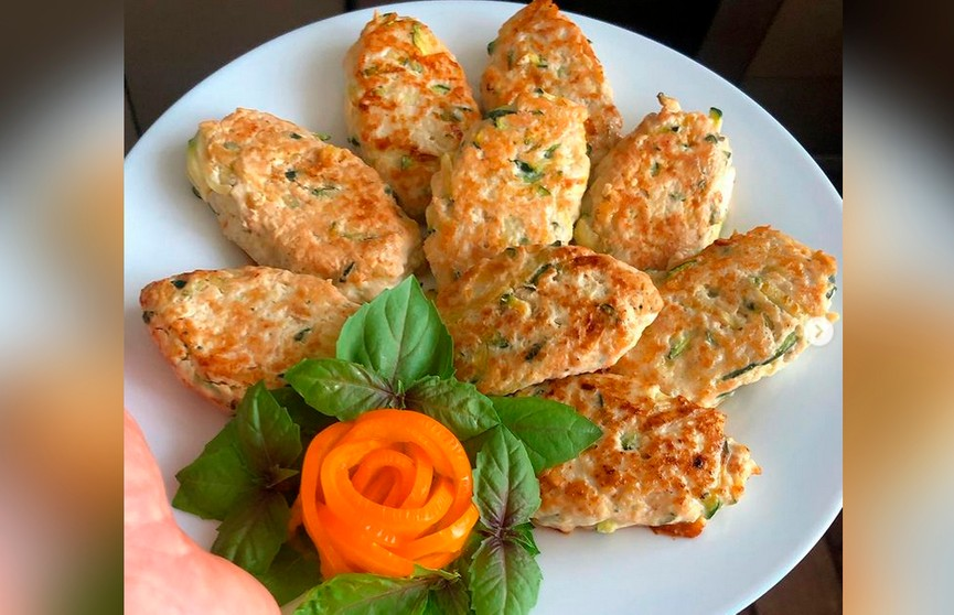 Куриные котлеты с кабачками – сочные, даже когда остыли! Посмотрите, это невероятно аппетитно!