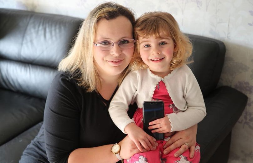 Двухлетняя девочка спасла мать от смерти при помощи Facebook