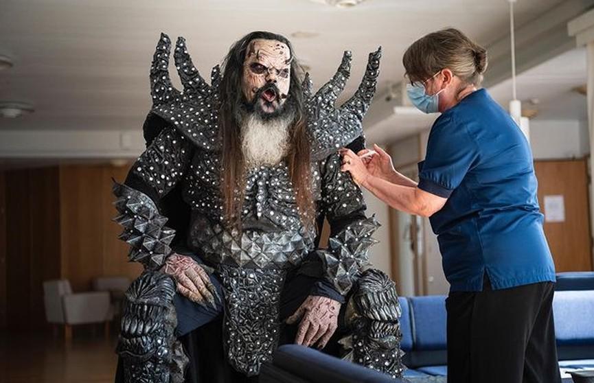 Лидер рок-группы Lordi явился на вакцинацию от коронавируса в костюме монстра