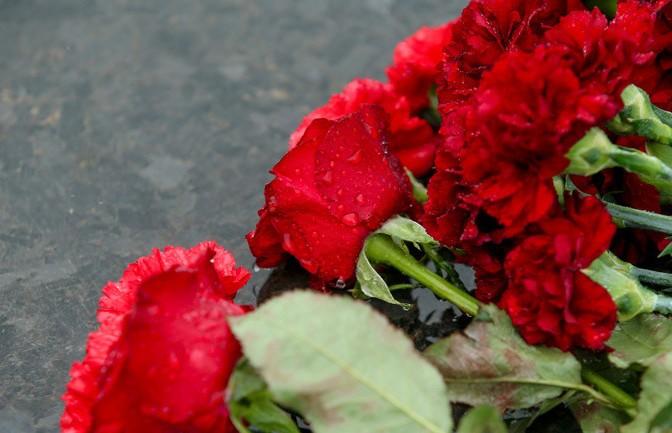 К «Минск-арене» люди приносят цветы в память о погибших хоккеистах ярославского «Локомотива»