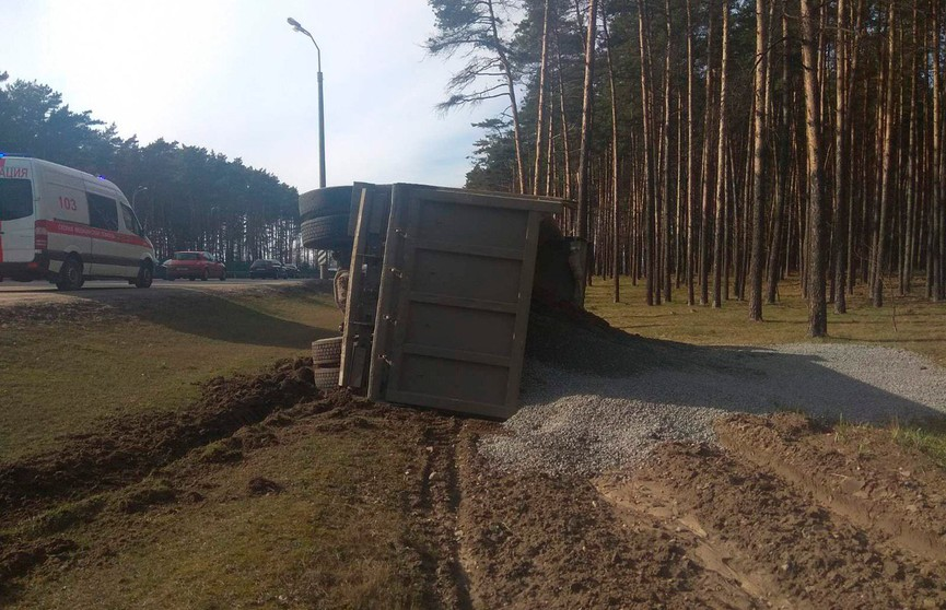 Грузовик перевернулся на МКАД в Минске. Отказали тормоза