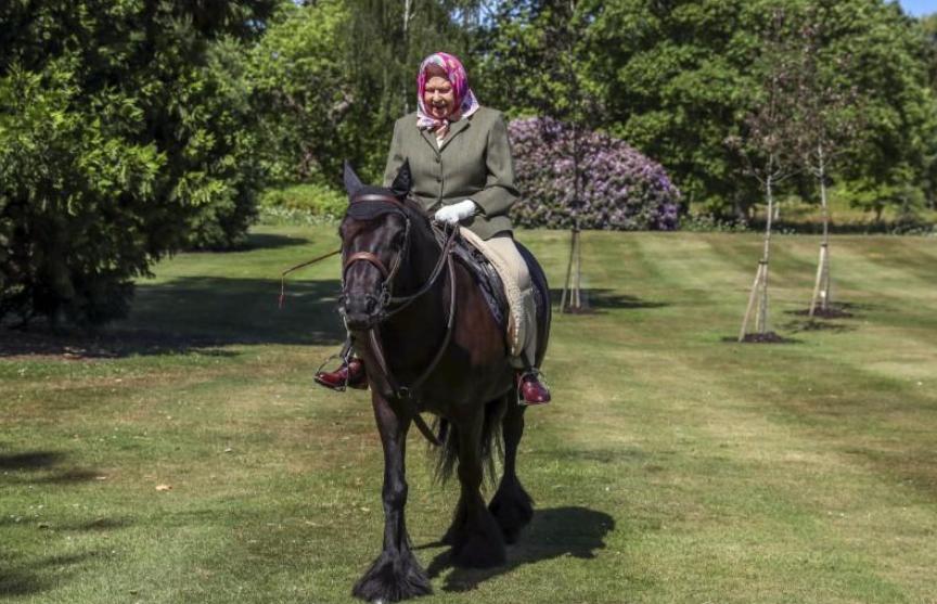 94-летняя королева Великобритании снова стала кататься верхом после ослабления карантина