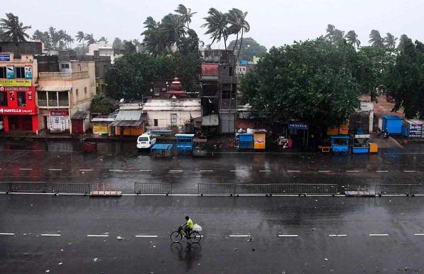 «Циклон-монстр» обрушился на восток Индии: порывы ветра достигают 200 км/ч