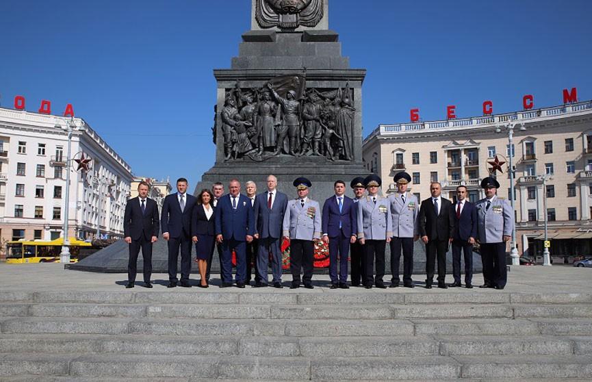 Представители Следственных комитетов Беларуси, России и Армении возложили венки к монументу Победы
