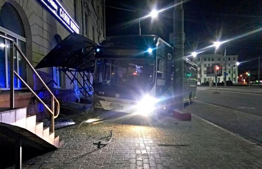 Электробус протаранил прошлой ночью остановку в Могилёве