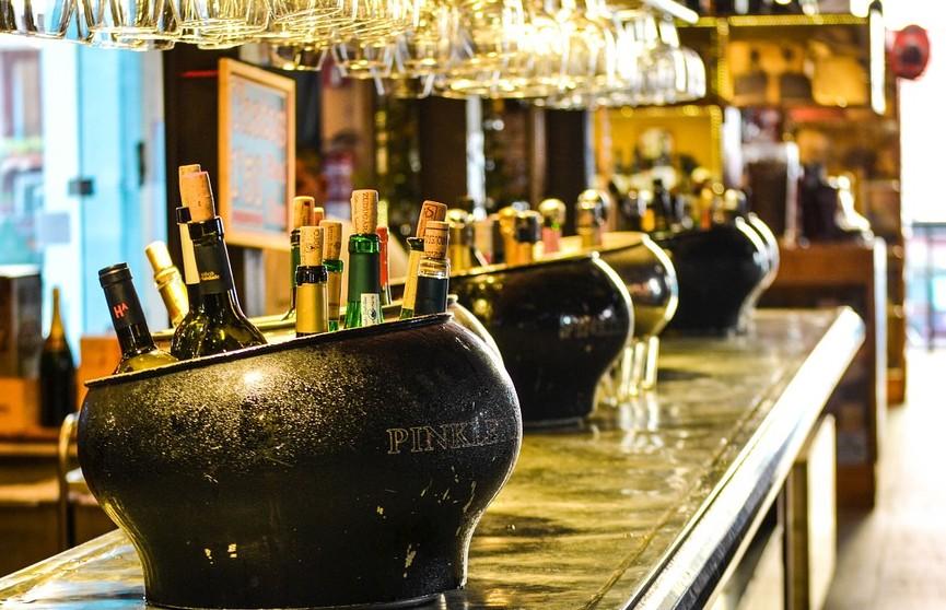 Голая американка разгромила бар и закидала полицейских бутылками