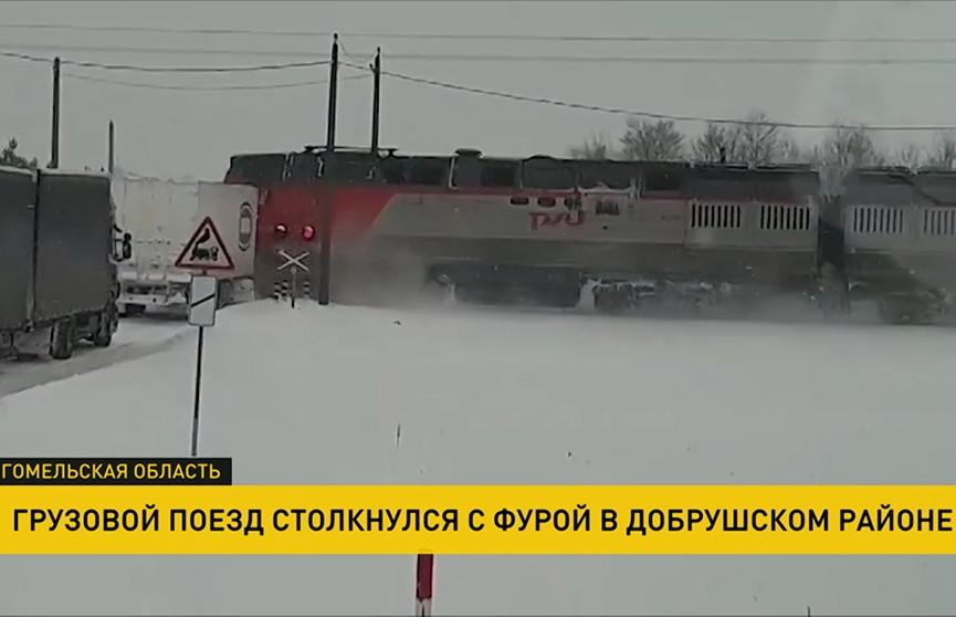Непогода в Беларуси: в фуру врезался поезд, водитель не пострадал