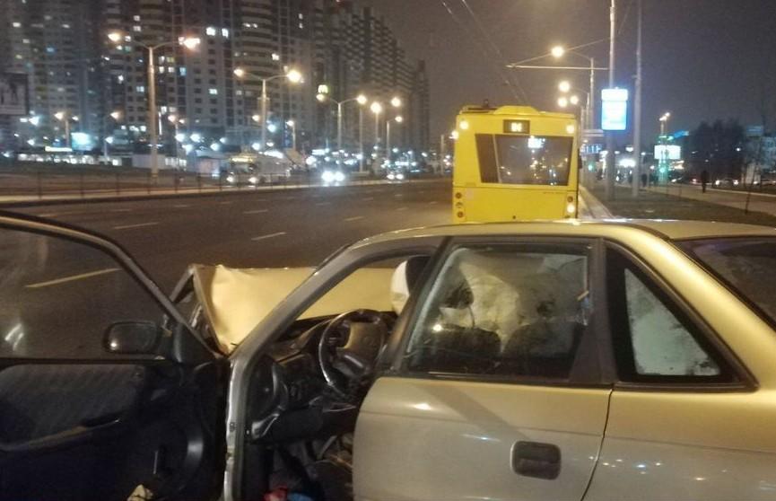 В Минске автомобиль столкнулся с автобусом