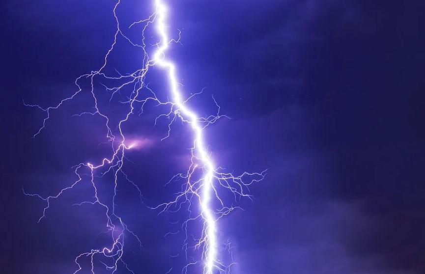 На севере Китая молния эффектно ударила в линии электропередач (ВИДЕО)
