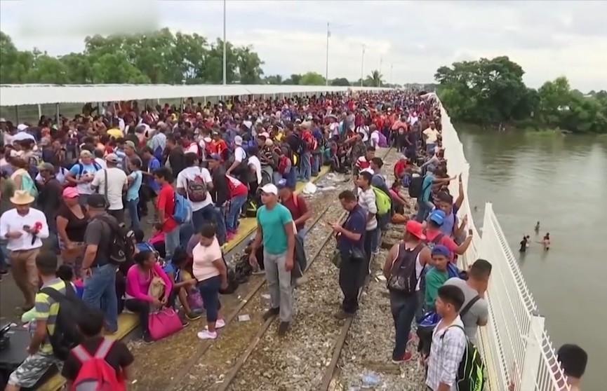 Новый караван мигрантов движется в США со стороны Мексики
