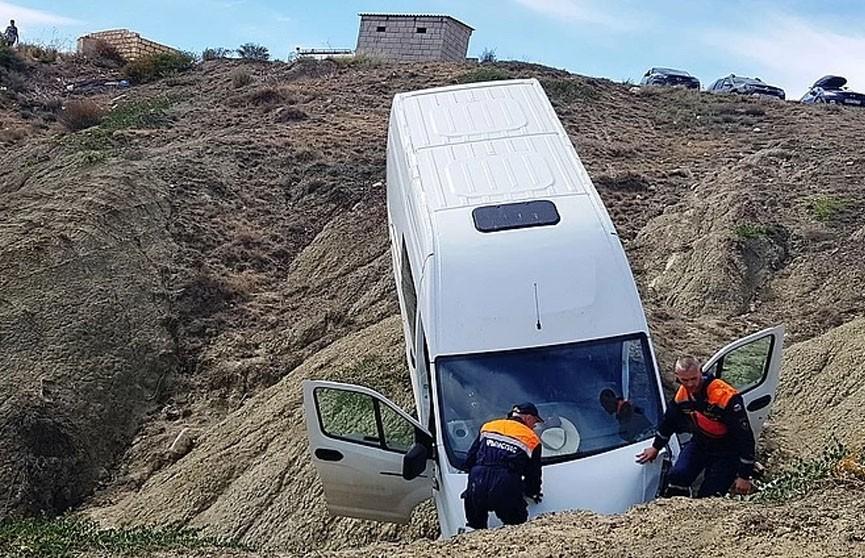 Автобус с пассажирами упал с обрыва в Крыму