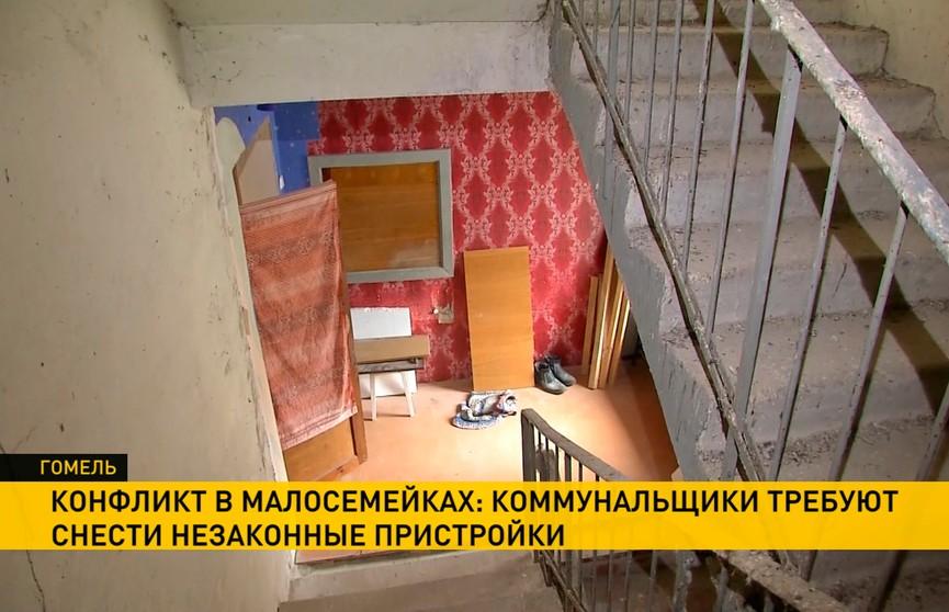 Жители малосемеек в Гомеле расширили квартиры, заняв пожарные лестницы: коммунальщики требуют снести пристройки