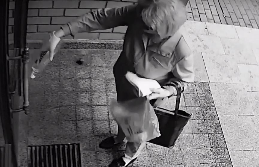 Ее ищет милиция: женщина облила растительным маслом историческое здание на Зыбицкой (ВИДЕО)