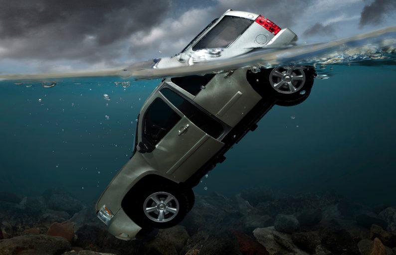 Китаец сдал на права и через 10 минут утопил машину в реке (ВИЕО)