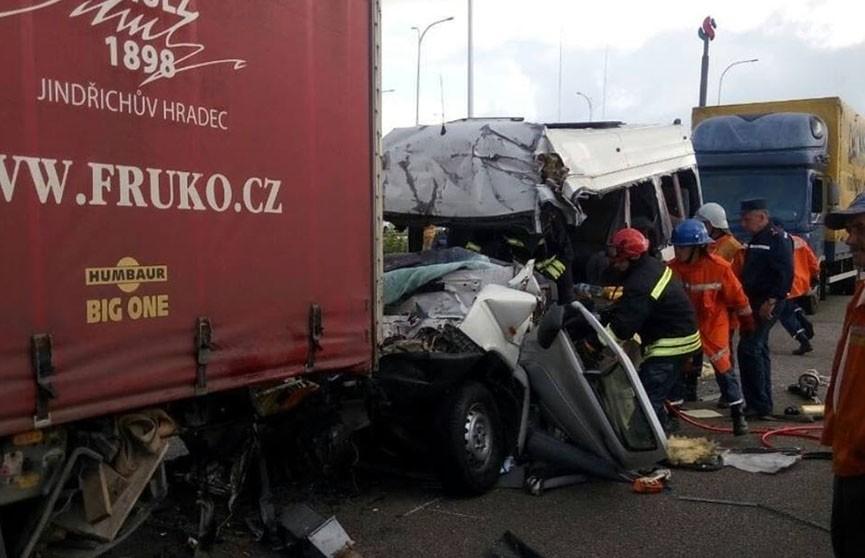 Ещё одно жуткое ДТП в Украине: 10 человек погибли и 10 получили травмы после удара маршрутки в фуру под Житомиром