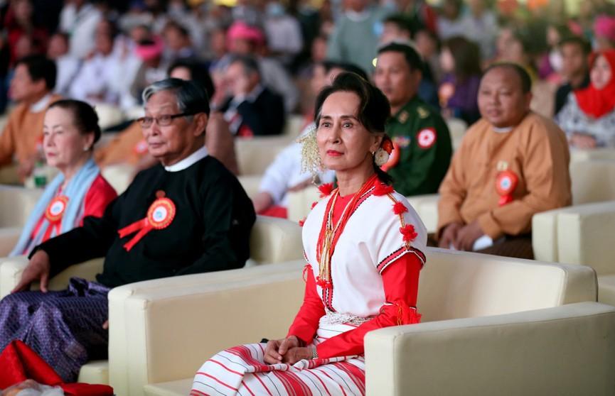 Госсоветника и фактического руководителя Мьянмы обвиняют в незаконном ввозе раций