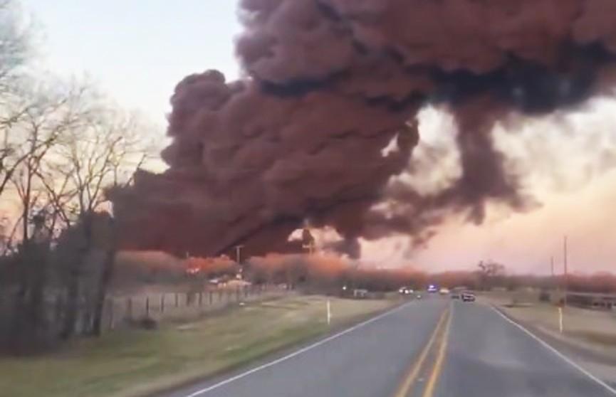 В Техасе произошёл взрыв при столкновении поезда с грузовиком