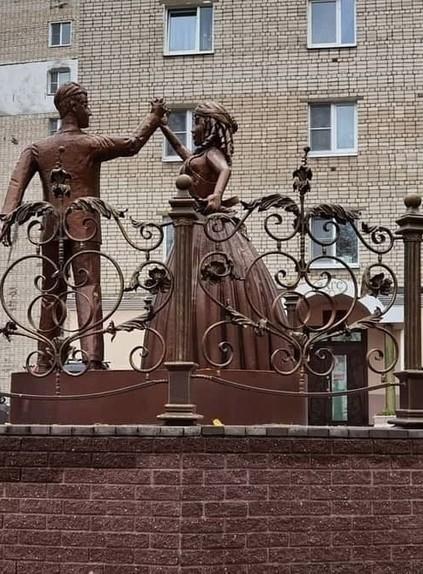 Памятник молодоженам в российском городе ужасает местных жителей. А как вам?
