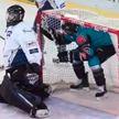 Хоккеист пытался провезти шайбу в ворота соперников под амуницией (ВИДЕО)